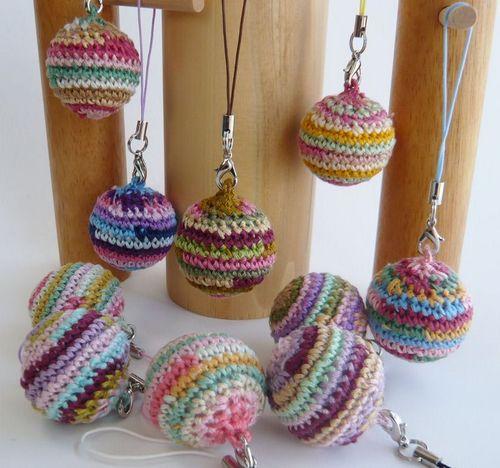 刺繍糸で編んだ編み玉ストラップ