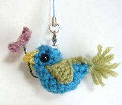 花を運ぶ青い鳥